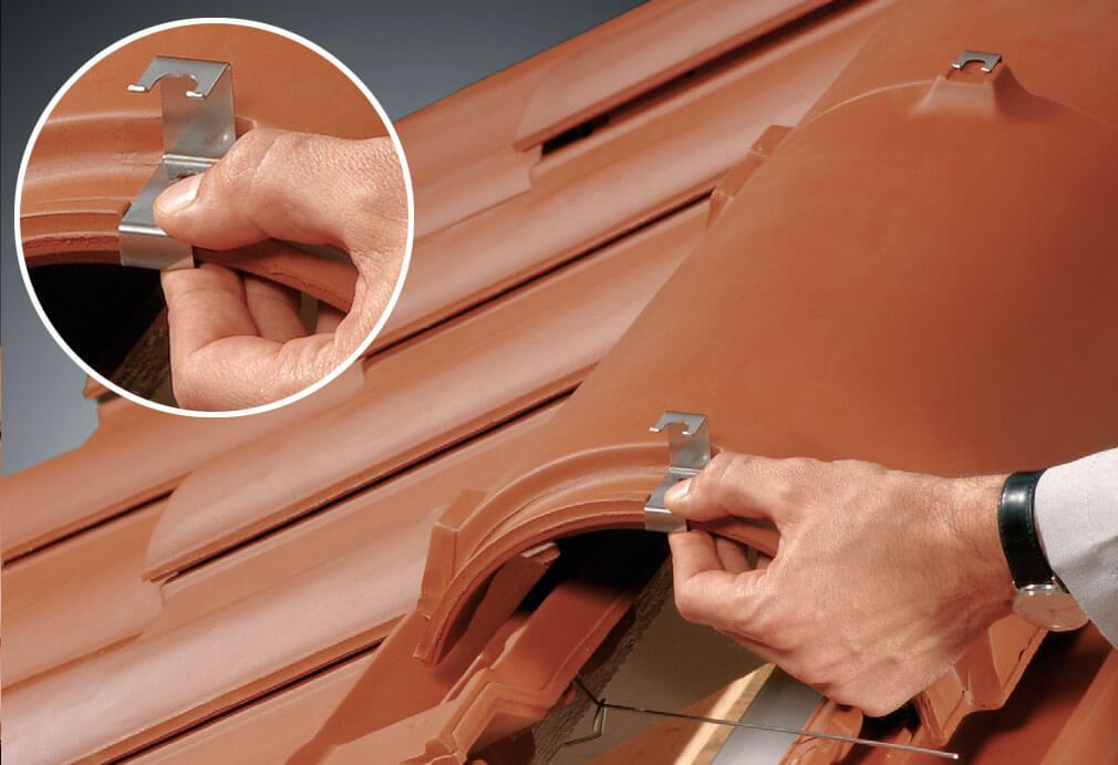 Fot. 4. Zaczepienie klamry na górnej części gąsiora (w miejscu, gdzie wyznaczony jest otwór).