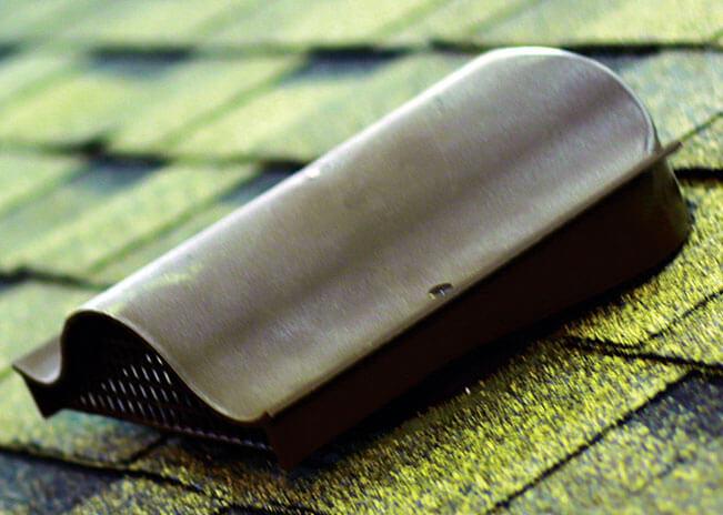 Montaż gontów. Zmontowany kominek wentylacyjny. Inne akcesoria dachu takie jak np. przepusty montuje się w sposób identyczny.