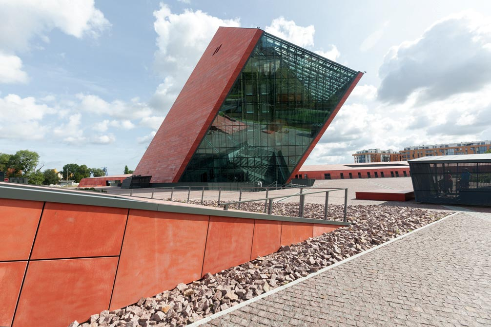 Fot. 2. Zastosowanie ALSAN® FLASHING w szczególnych warunkach. Na zdjęciu Muzeum II Wojny Światowej w Gdańsku, gdzie uszczelnieniu podlegało ponad 3000 elementów wsporczych konstrukcji stalowej, przechodzących przez hydroizolację papową. Dodatkowym utrudnieniem było obciążenie elementów w postaci prefabrykatów betonowych oraz wykonywanie prac w warunkach jesiennych, przy panującej wysokiej wilgotności i zmiennych temperaturach.