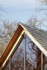 Dach wysunięty poza lico ściany chroni przez deszczem