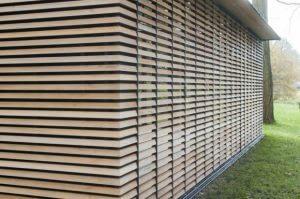 Elewacja z drewna cedrowego tworzy spójną całość z żaluzjami