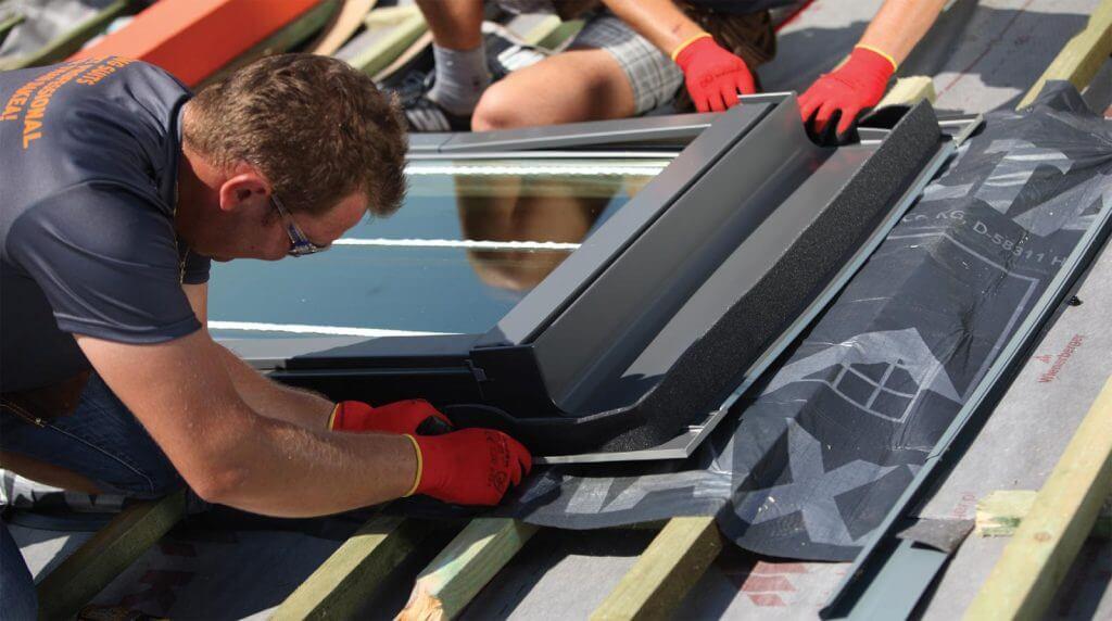 Wodoszczelny montaż okna Dakea Ultima przy użyciu kołnierza z folii paroprzepuszczalnej (RUC) przez pana Daniela z firmy Dach-Pol.
