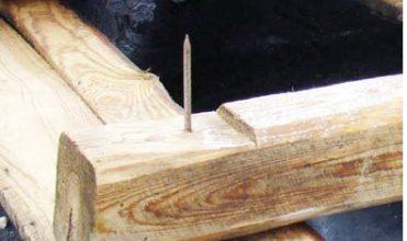 Zdj. 2. Fragment więźby z wyrwanym. Zabezpieczenie dachu