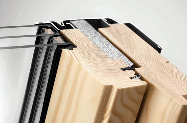Wytrzymały i ciepły profil okienny ThermoTechnology™, wykonany z klejonego impregnowanego i lakierowanego drewna sosnowego. łączonego z wysokoizolacyjnym tworzywem EPS - energooszczędne okna dachowe
