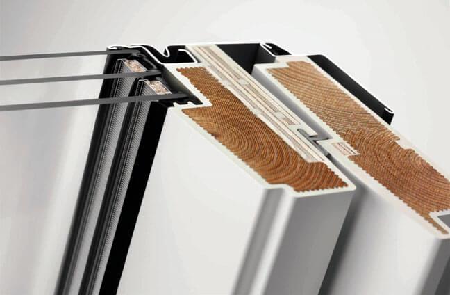 Elegancki i odporny na wilgoć profil okienny ThermoTechnology™. Rdzeń drewniany, z drewna modyfikowanego termicznie, został pokryty ciśnieniowo wytrzymałym i w pełni odpornym na wodę poliuretanem pomalowanym na biało - energooszczędne okna dachowe