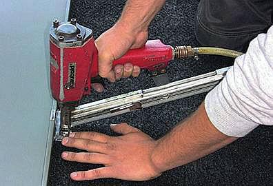 Wbijanie gwoździ z użyciem narzędzi pneumatycznych wymaga precyzji. Jej brak wpływa na wytrzymałość mocowania a zerwany dach.