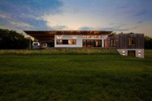 Okładziny na elewacji domu wykonano z modyfikowanego termicznie jesionu amerykańskiego.
