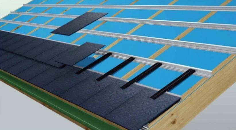 Stalowe, malowane proszkowo łączniki wkładamy w odpowiedni sposób w poziome, aluminiowe profile, zawsze zwracając uwagę by każdy łącznik był odpowiednio mocno zaczepiony. W następnym kroku pozostało już tylko wsunąć łupek w haki mocujące. Zakład górny wynosi 9 cm. Łupek należy układać z przesunięciem bocznym o ½ płytki.