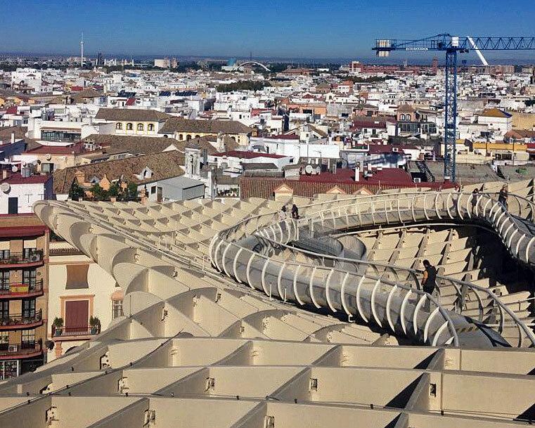Metropol Parasol – zadaszenie rynku w Sevilli, jeden z przykładów, świadczących o tym, że drewno pozwala architektom na fantazyjne, niemal bajkowe, realizacje. Fot. Magdalena Serwa-Klamouri. Komunalwood