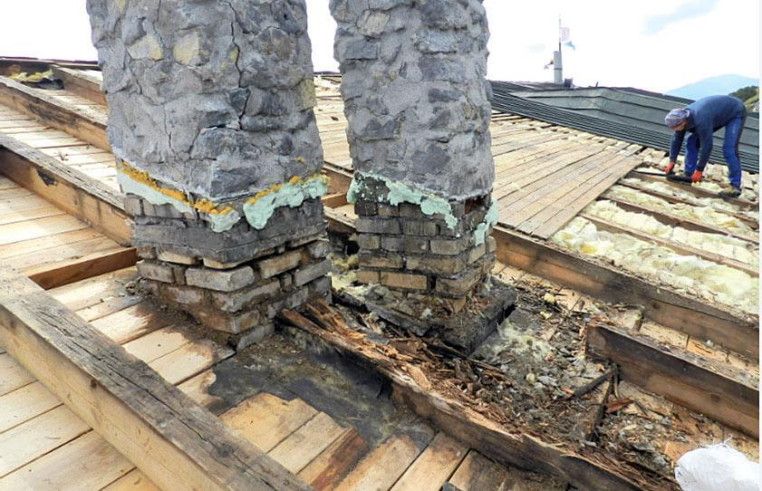 Błedy w poczatkowej fazie budowy konstrukcji dachu doprowadziły do opłakanego stanu budowli.