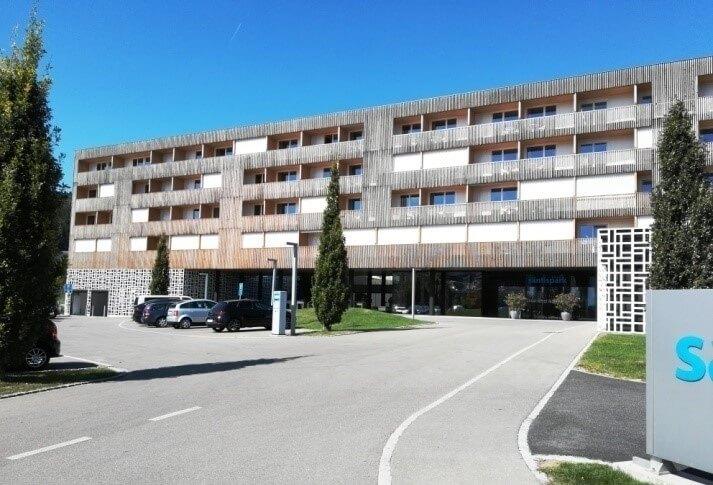 Hotel Säntispark – budynek o konstrukcji i elewacji drewnianej