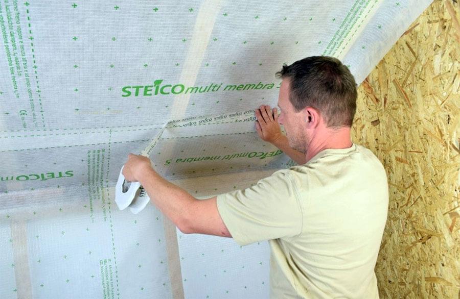 Prawidłowy montaż membrany paroizolacyjnej STEICOmulti membra 5. Arkusze membrany są szczelnie sklejane przy użyciu taśmy STEICOmulti tape P 60mm z zachowaniem zakładu 10cm.