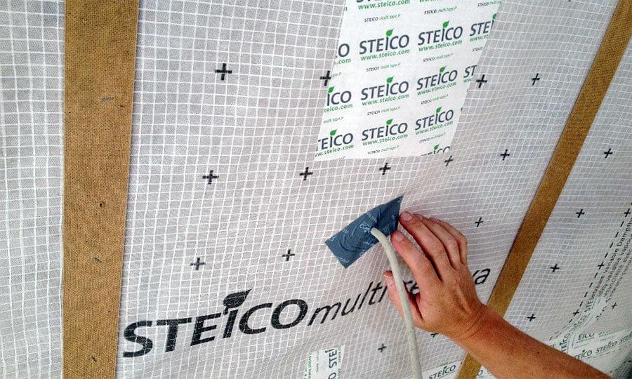 Uszczelnienie otworów instalacyjnych w membranie STEICOmulti renova przy użyciu systemowych taśm STEICOmulti tape.