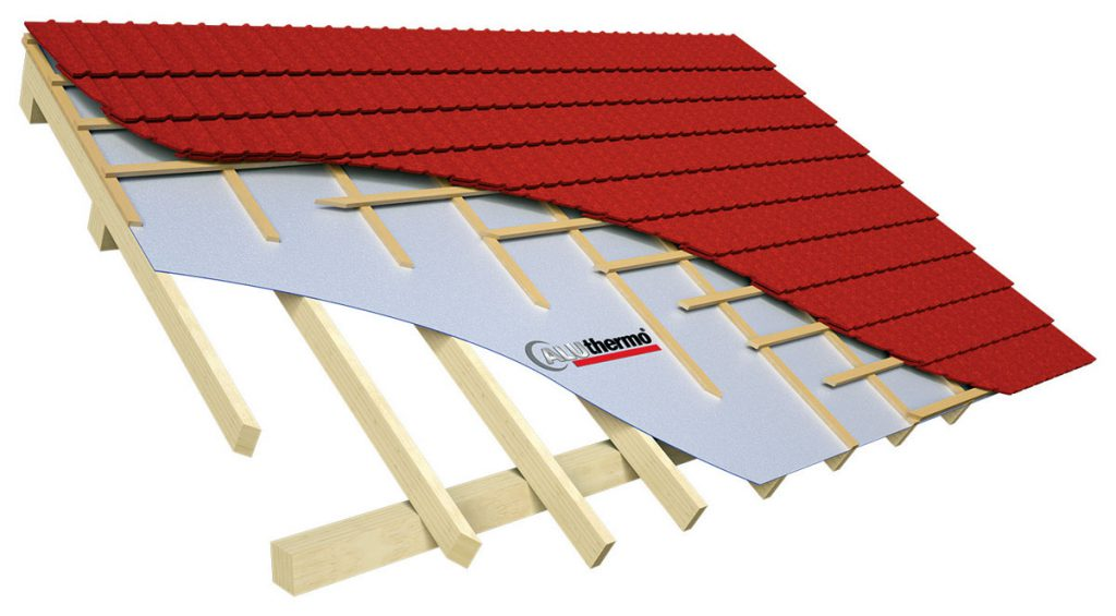 Fot. 3. Izolacja dachu Aluthermo Quattro od zewnątrz, jest tez możliwe ocieplane od wewnątrz bez konieczności demontażu warstwy wierzchniej dachu.