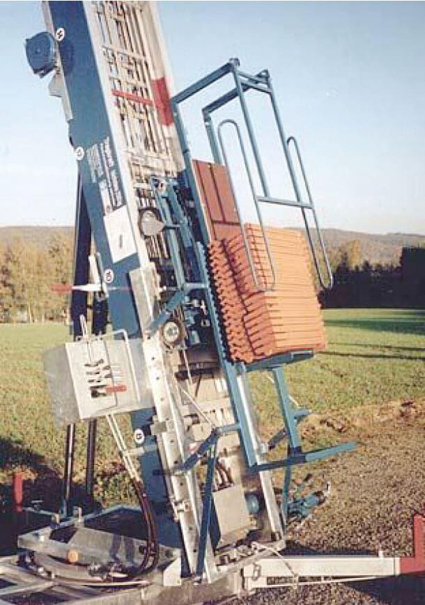 Urządzenie do dachówek. Po wyjeździe wózka na dach, w tym samym czasie pracownik na dole może załadować windę kolejnymi dachówkami.