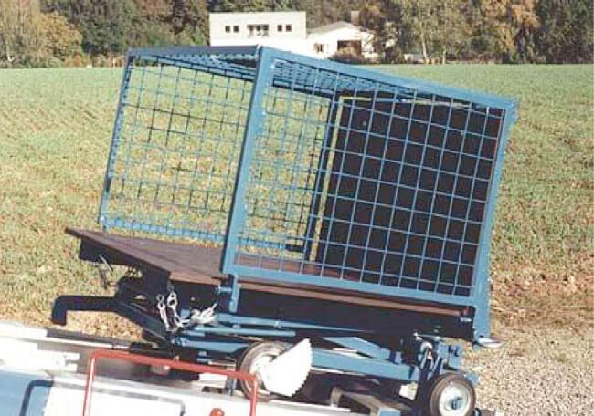 Uniwersalny kosz transportowy z otwieranymi burtami. To najpopularniejsza platforma transportowa służąca do transportu dachówek, cegieł, czy też pustaków. Dostępne szerokości to: 750 mm oraz 1250 mm.