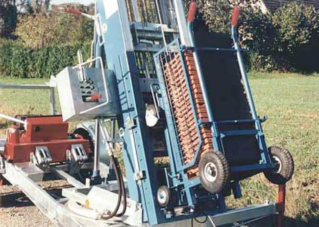 Wózek do transportu dachówki. Pozwala na dowiezienie dachówek z odległego miejsca i bezpośrednie wpięcie go do wózka jezdnego.