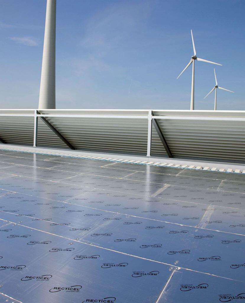 Montaż płyt termoizolacyjnych fi rmy Recticel Dach płaski – układ mocowany mechanicznie