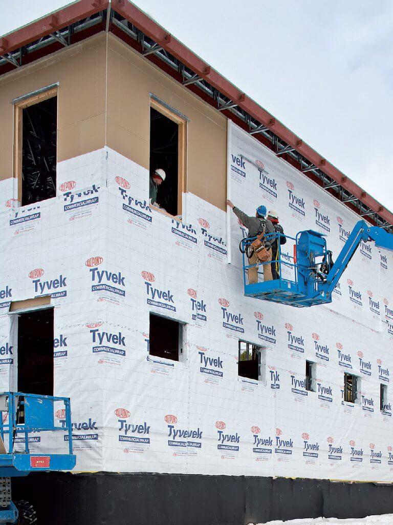 Montaż membrany Tyvek® na budynku w Parku Yelowstone.