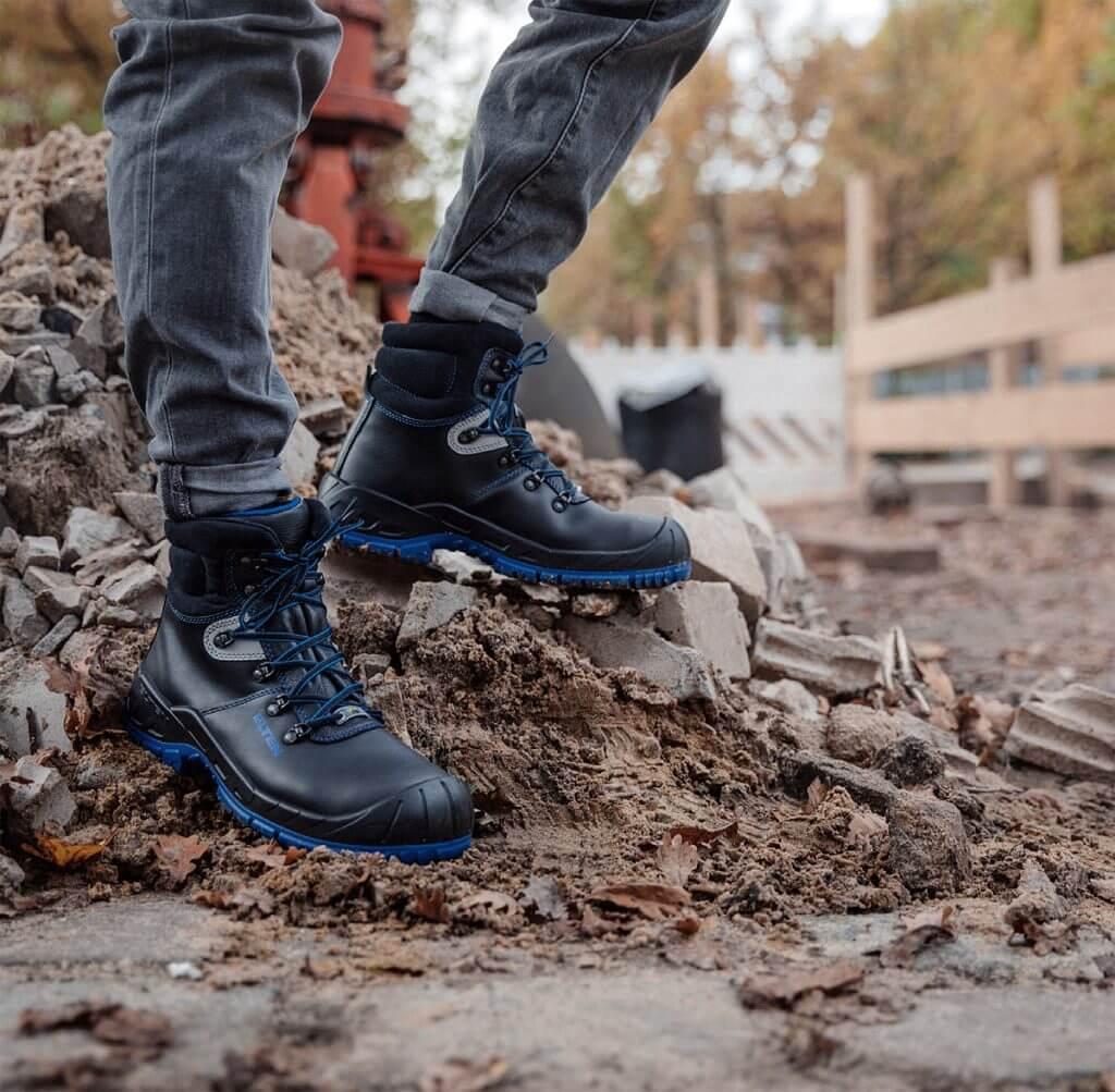 """Technologia podeszwy """"Safety Grip"""", zastosowana na przykład w butach ochronnych z wysoką cholewką Elten """"Alessio blue Mid ESD S3"""", zapewnia bezpieczeństwo i przyczepność na każdym podłożu. (zdjęcie © ELTEN GmbH)"""