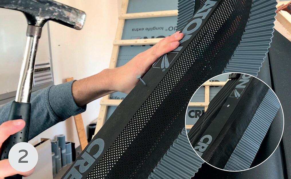 """Taśmę CREAROLL do łaty kalenicowej mocuje się przy pomocy zszywek lub gwoździ """"papiaków"""". Należy je wbijać co około 50 cm w środkową cześć znajdującego się nad łatą czarnego paska taśmy."""