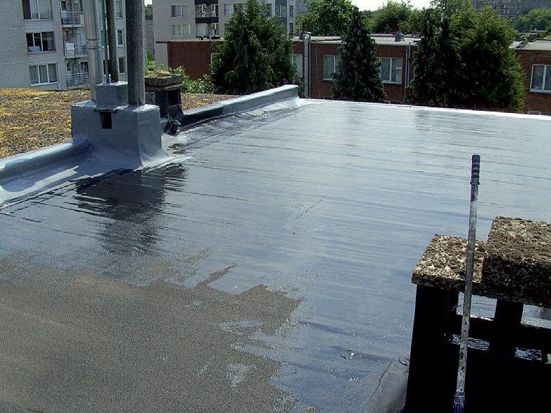 1. Wyczyść dach wodą pod wysokim ciśnieniem usuwając luźne, stare i nieprzylegające powłoki, a następnie zagruntuj powierzchnię naszym podkładem Universal Primer.