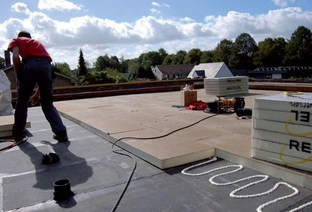 Montaż płyt termoizolacyjnych RECTICEL – dach płaski, układ klejony