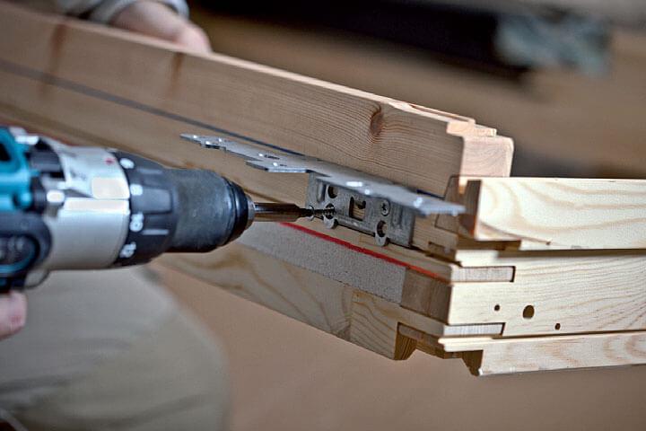 Oznaczenia w ościeżnicy okna VELUX do montażu standardowego i obniżonego.