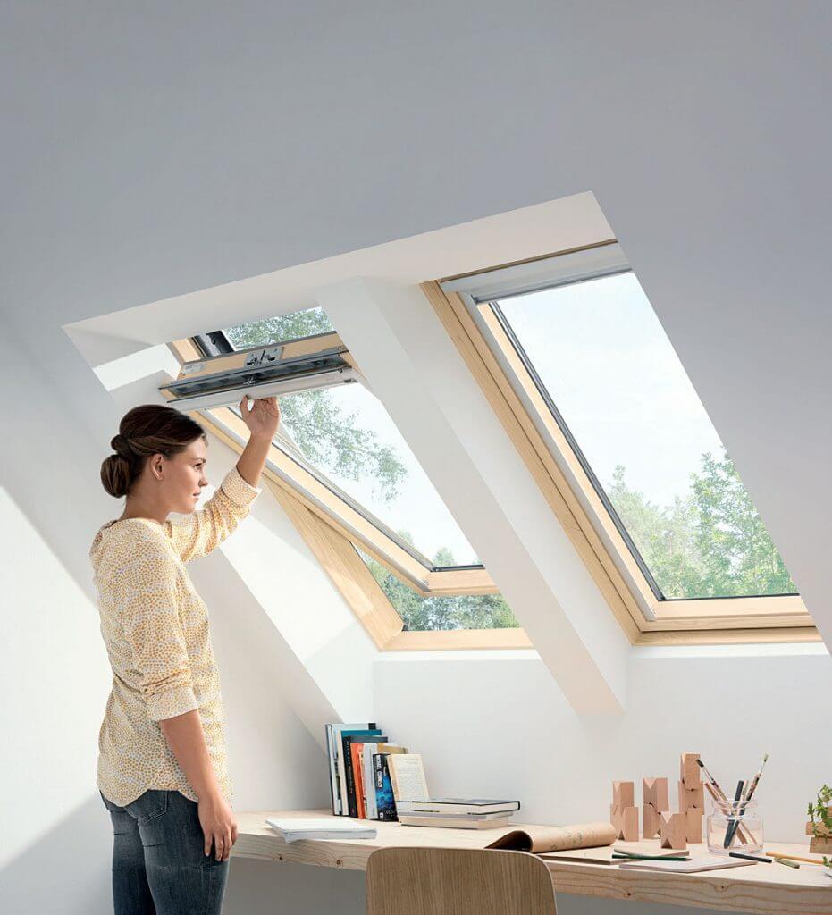 Trzyszybowe okno drewniane z górnym otwieraniem VELUX GLL 1061.
