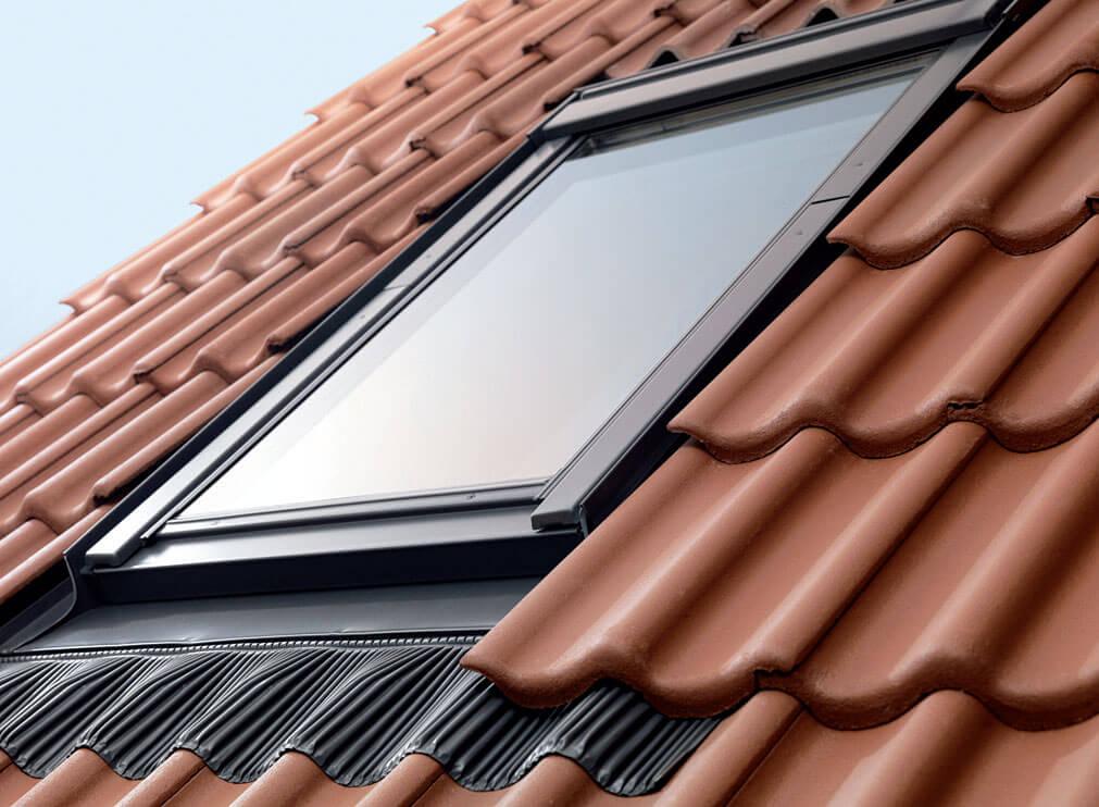 Okno zamontowane z zestawem ciepłego montażu VELUX BDX.