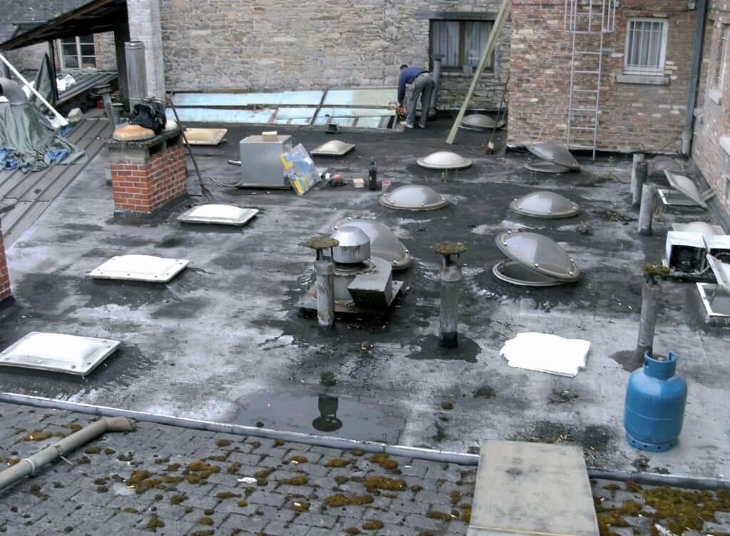 Przykład dachu przed pokryciem HYPERTECTUM° DACH i ten sam dach po nałożeniu membrany.