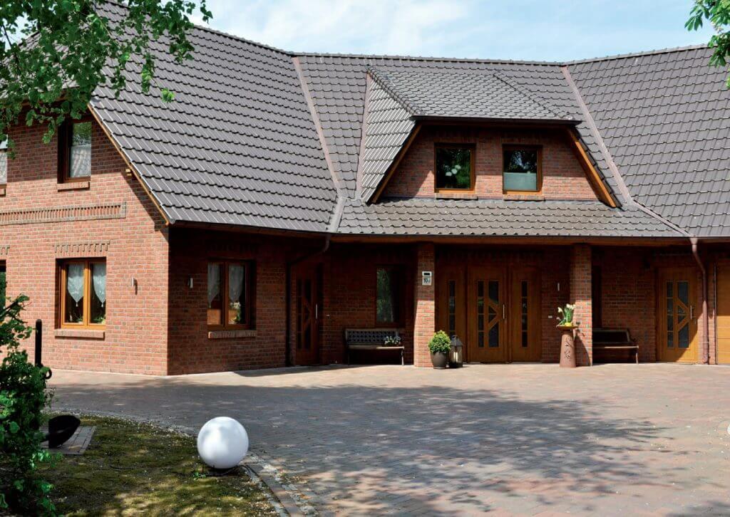 Dom z dachówką Piemont brązowy angobowany.