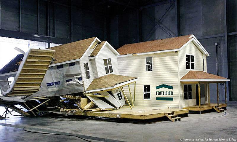 Zdj. 10. Porównanie wpływu Ciągłej Ścieżki Obciążenia na nośność całego budynku szkieletowego. (zdj. The Insurance Institute for Business & Home Safety).