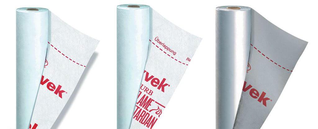 Od lewej: Tyvek® Housewrap to klasyka gatunku. Dostępny w rolkach o szerokości 1,5 m lub 2,8 m, Tyvek® FireCurb Housewrap, materiał w klasie reakcji na ogień B s1,d0. Dostępny w rolkach o szerokości 1,5 m, Tyvek® Solid Silver – odmiana membrany z metalizowaną powierzchnią, szerokość rolek 1,5 m.