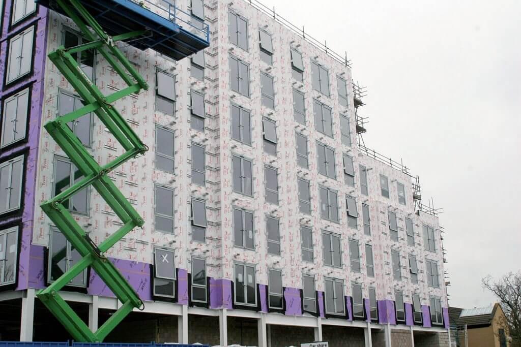 Tyvek® FireCurb® Housewrap na ścianie 6 kondygnacyjnego budynku wielorodzinnego w Milton Keynes, w Wielkiej Brytanii.