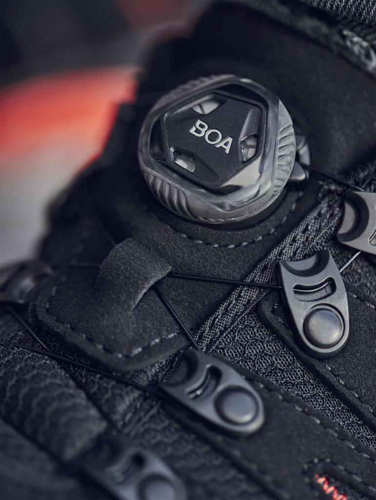 Sprytne zapięcie BOA® eliminuje konieczność wiązania sznurowadeł i zapobiega przypadkowemu poluzowaniu się butów. (zdjęcie © ELTEN GmbH)