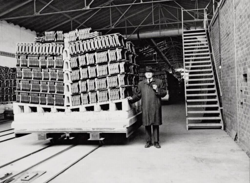 Alois Berchtold w swojej fabryce dachówek w Wertingen