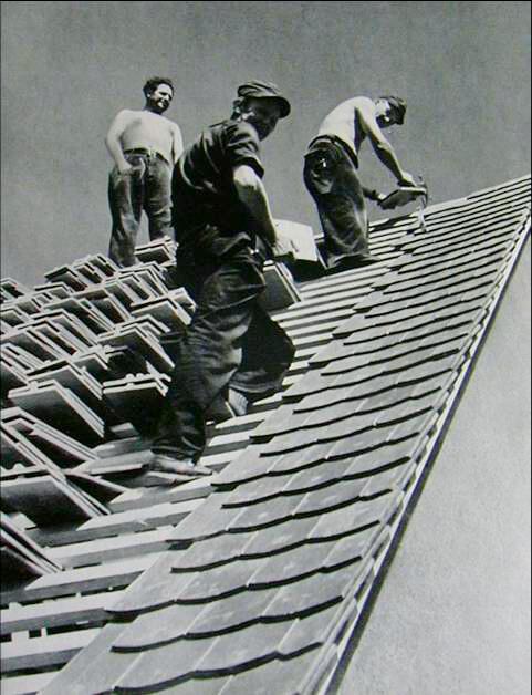 Dekarze montujący na dachu dachówkę CREATON w Malsch