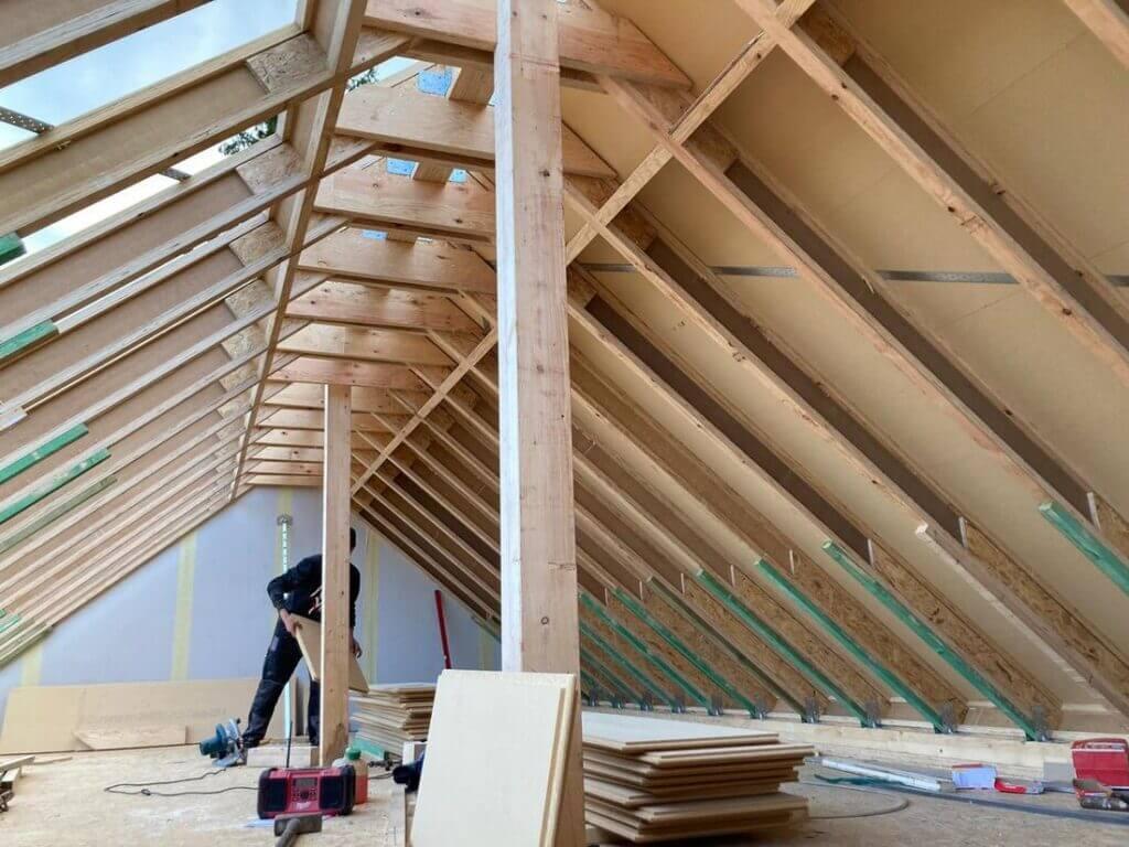 Konstrukcja stropu i dachu kancelarii zostały wykonane z belek dwuteowych STEICOjoist, belek z forniru klejonego warstwowo STEICOLVL oraz płyt dachowych STEICOuniversal.