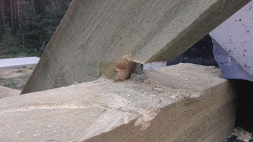 Zdj. 3. Niedopuszczalne osłabienie krokwi przez jej docinanie w celu uniknięcia kolizji ze szpilką.