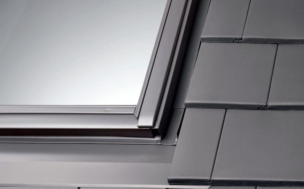 Montaż okien dachowych w pokryciach z płaską dachówką