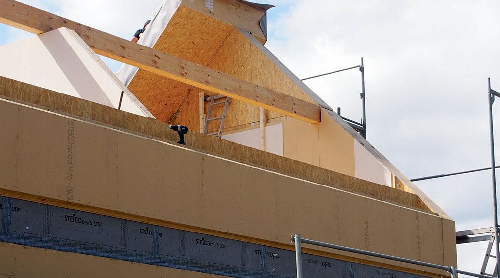 Podstawę konstrukcji budynku prefabrykowanego w technologii szkieletu drewnianego STEICO stanowią wytrzymałe belki dwuteowe. Oprócz niskiego ciężaru własnego, dużej stabilności wymiarowej i wytrzymałości na zginanie, ich dużym atutem jest możliwość projektowania przegród o bardzo niskich wartościach współczynnika U. Fot. STEICO