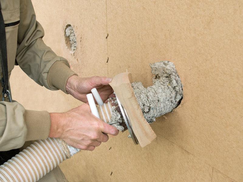 Termoizolacja STEICOfloc może być również nadmuchiwana na poziome powierzchnie, np. między wiązarami dachowymi